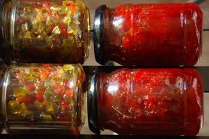 Γλυκόξινες πιπεριές σε βαζάκια